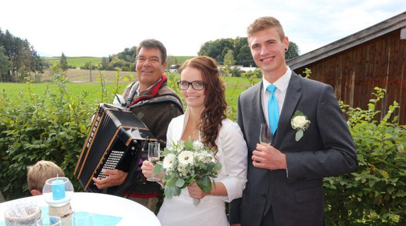 Hochzeitsmusiker Hubert mit Brautpaar