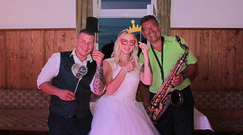 Brautpaar mit HochzeitsMusiker Hubert-live